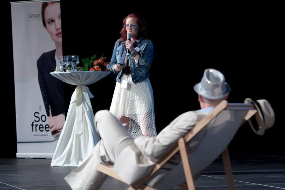 Forian Wimmer und Clara Théoule-Zieger auf der RINGANA-Bühne